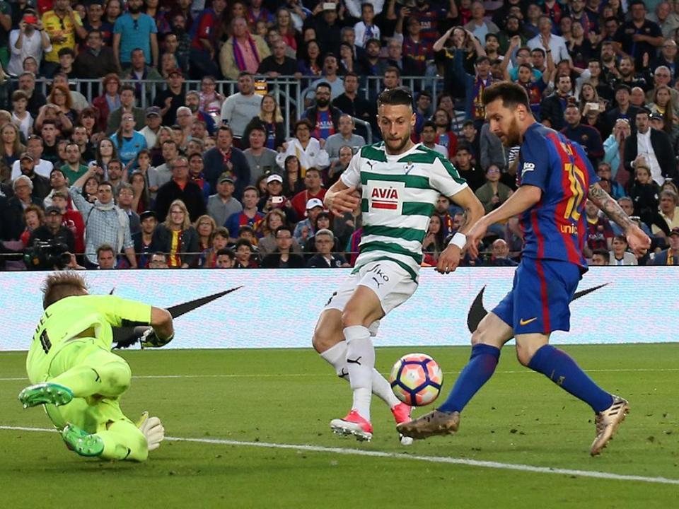 Barcelona vira com Eibar, perde Liga e Messi acaba com 37 golos