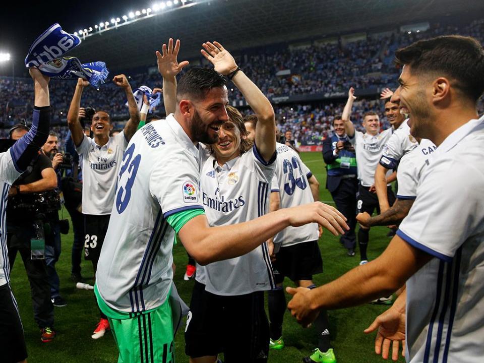 VÍDEO: o espanto de Modric e Bale por não levantarem a taça