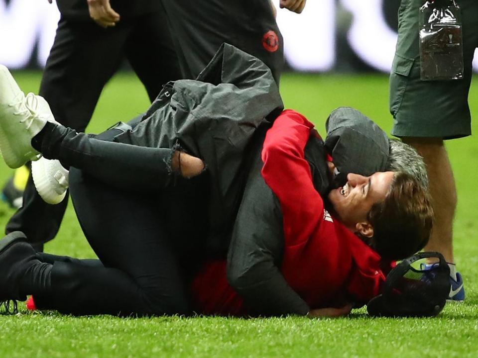 VÍDEO: Mourinho festejou com o filho e acabou...no chão