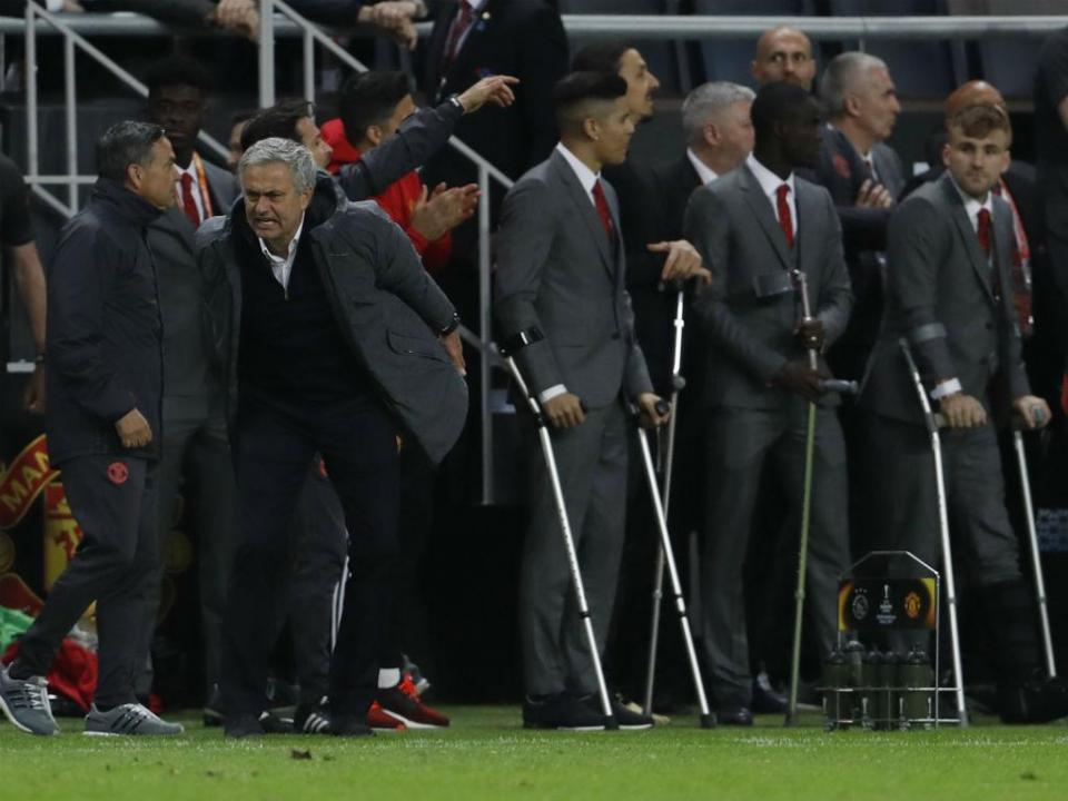 FOTO: o banco do United como nunca se viu... cheio de muletas