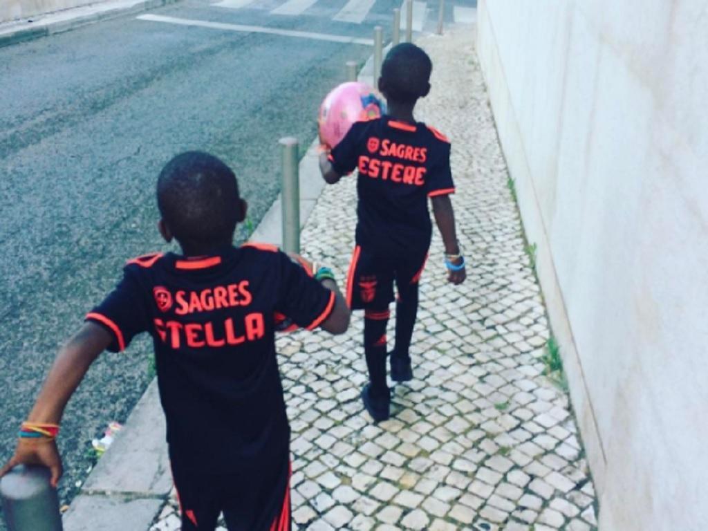 Filhas de Madonna andaram por Lisboa com camisola do Benfica