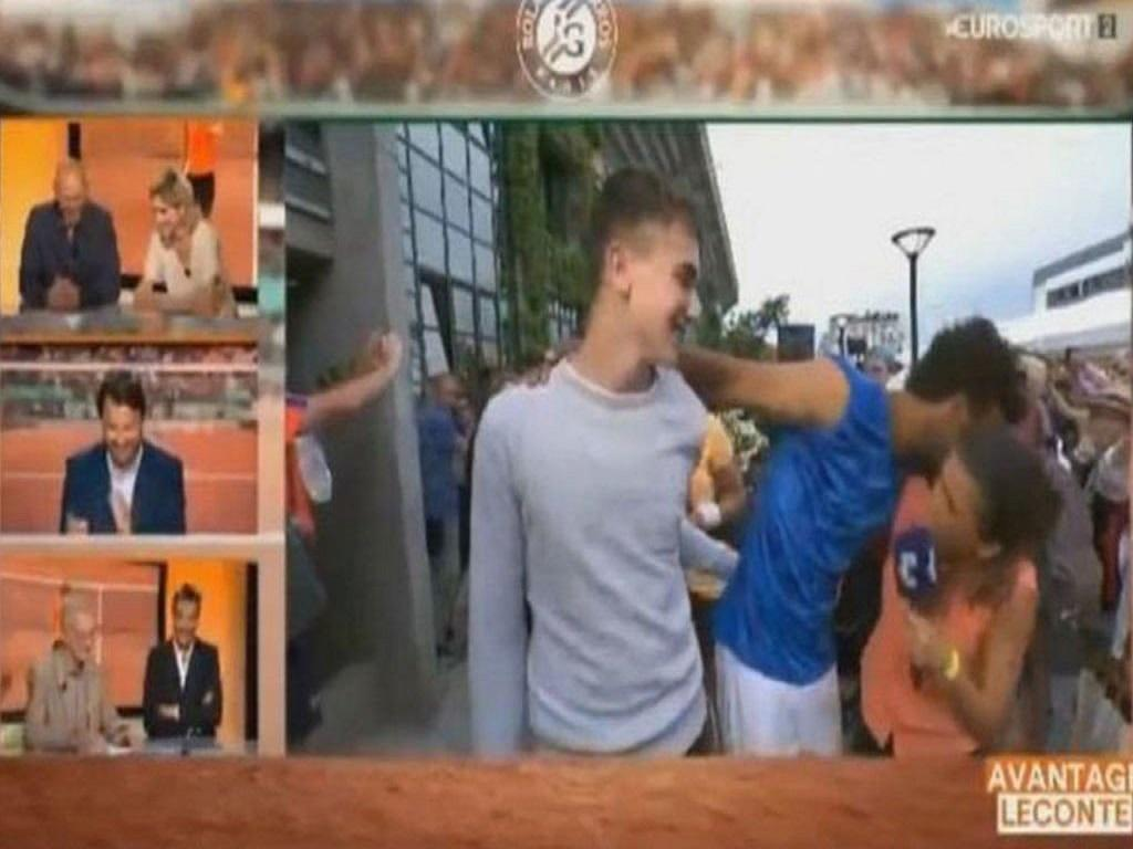 Tenista francês é expulso por assédio a repórter
