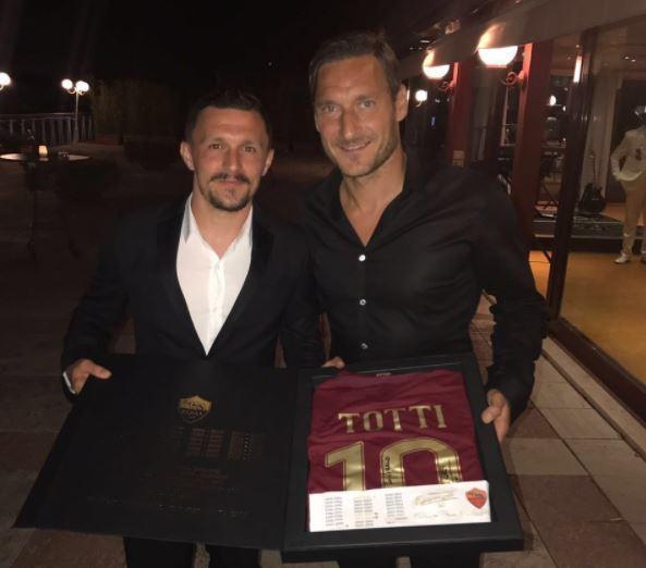 FOTO: Mário Rui recebe camisola especial de Totti