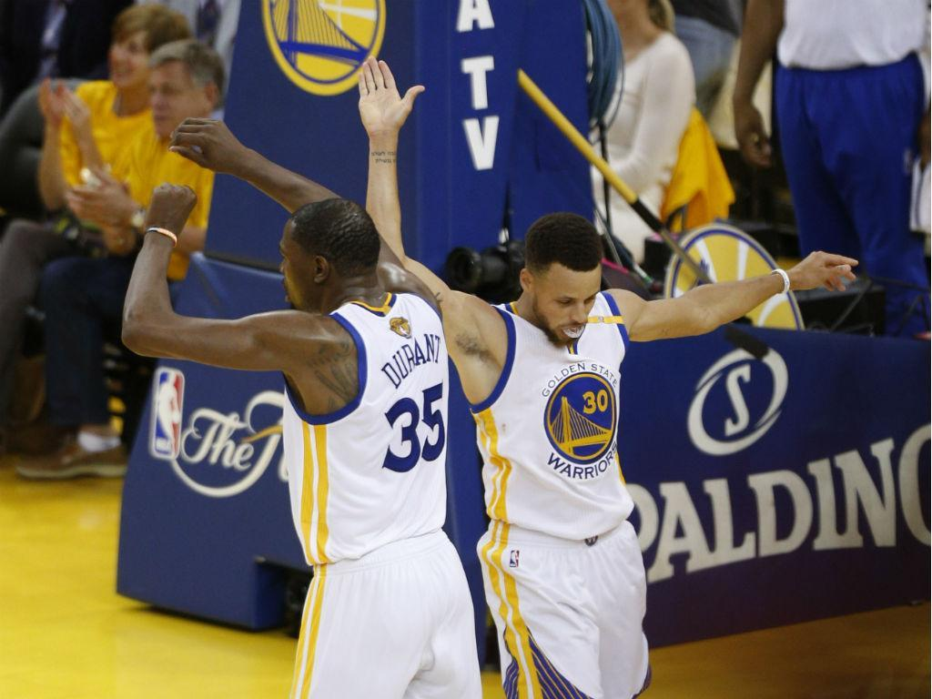 Warriors a um triunfo do título da NBA, ao vencerem em Cleveland