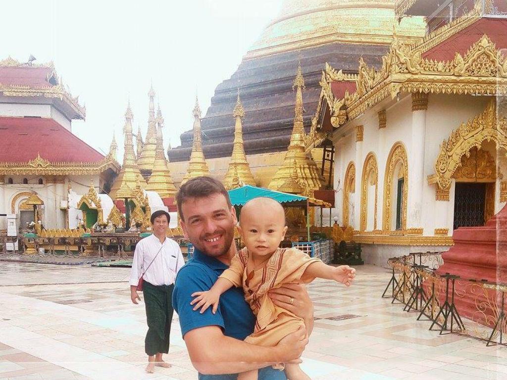 «Em Myanmar? Só ainda não petisco morcegos fritos»