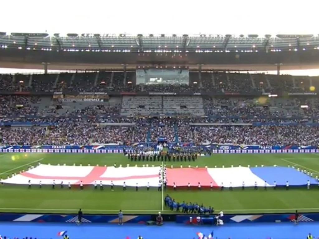 Particular entre França e Inglaterra homenageia vítimas de atentados