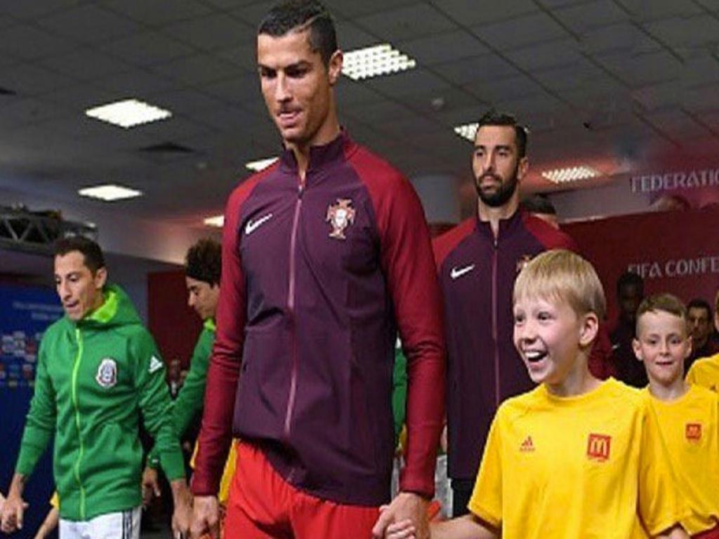 FOTO: ar de felicidade de criança ao lado de Ronaldo corre o Mundo