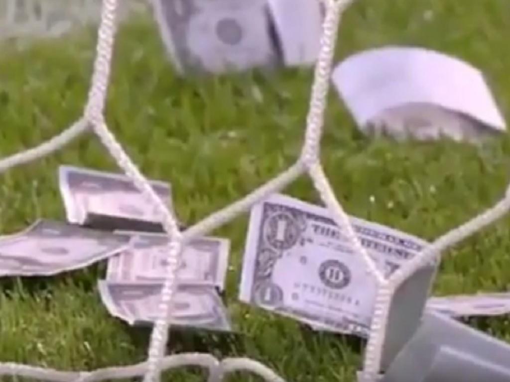 VÍDEO: Donnarumma brindado com dólares em jogo dos sub-21