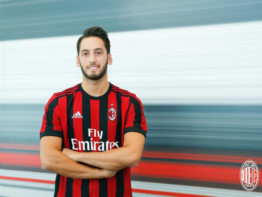 Especialista em cobranças de falta, meia Çalhanoglu é anunciado pelo Milan