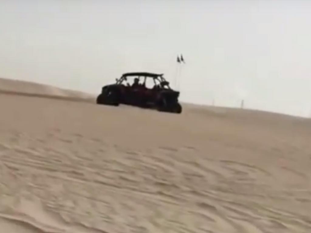 VÍDEO: Piqué sobe duna e... capota «buggie» no Líbano