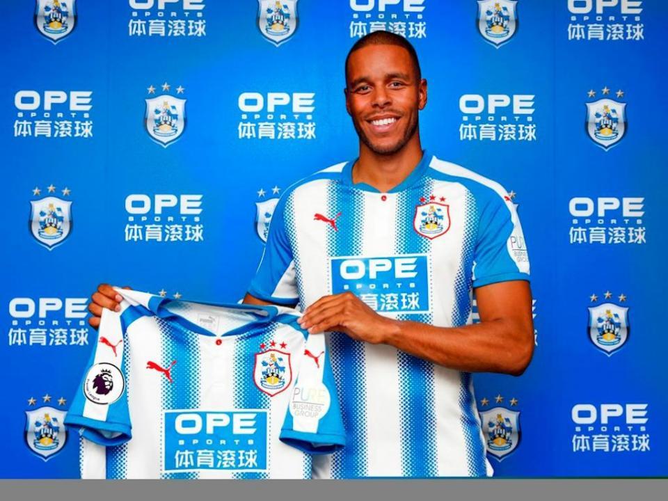 Jogador do Huddersfield oferece bebidas a mais de 2 mil adeptos