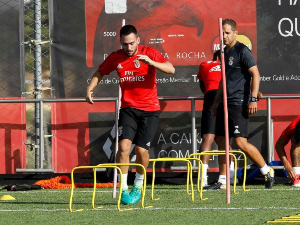 Benfica: grupo aumentado, de olhos postos no Algarve