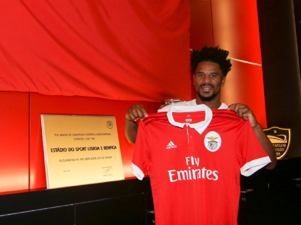 Benfica confirma renovação de contrato com Eliseu por mais uma época