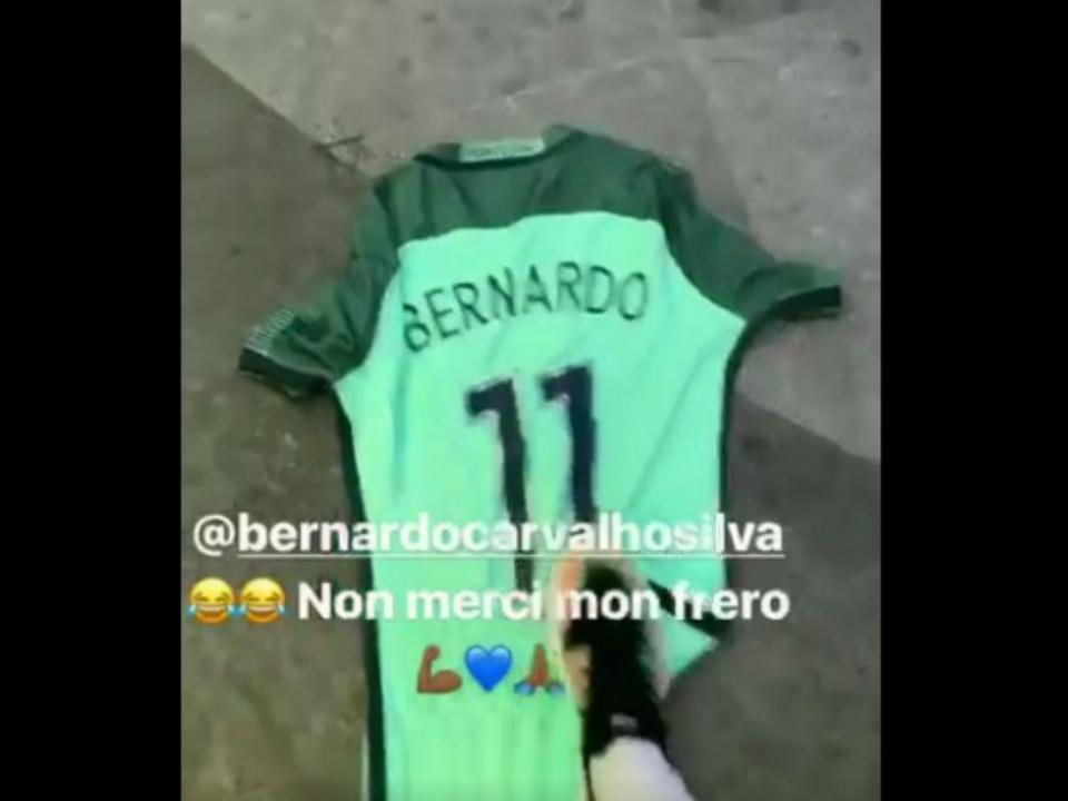 VÍDEO  Mendy usa camisola de Bernardo Silva como tapete ... 669a77dc443a5