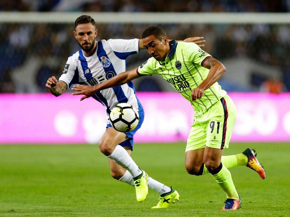 FC Porto: Alavés solicita o empréstimo de Miguel Layún