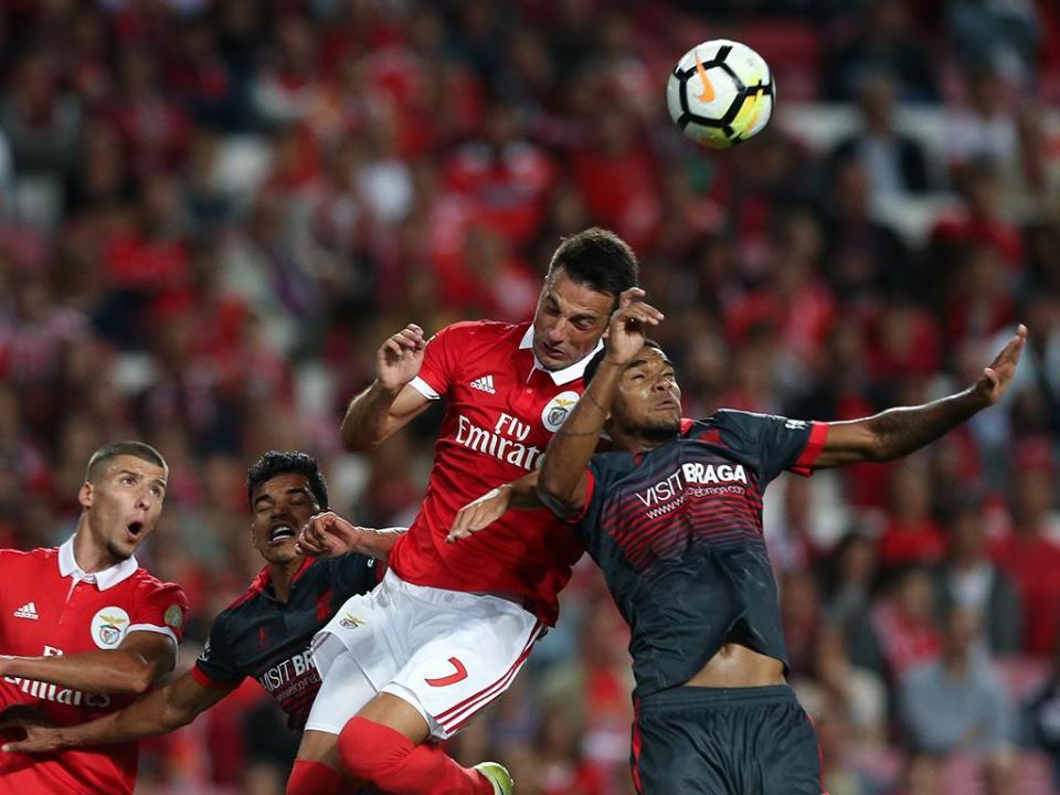 Benfica volta a recorrer do castigo a Samaris