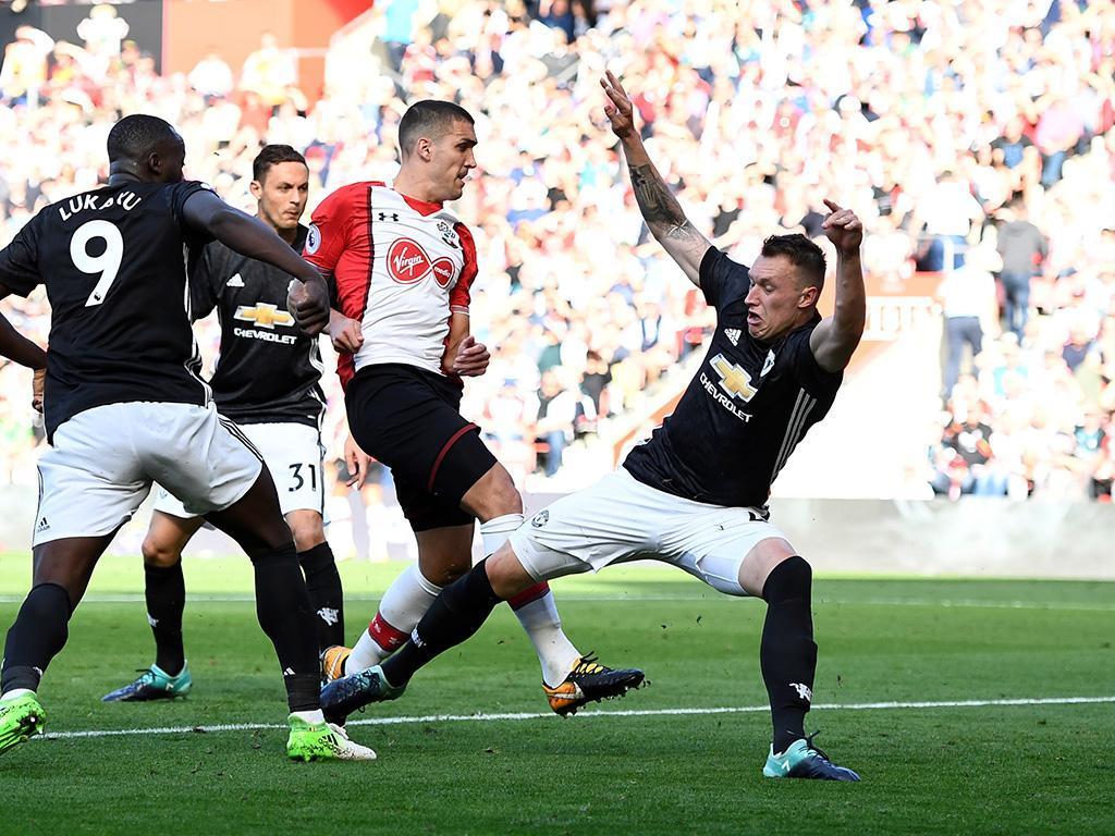 City e United continuam inseparáveis no topo da liga inglesa