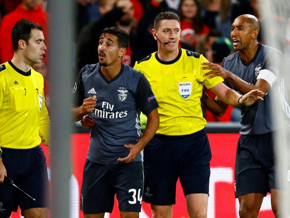 Benfica: André Almeida suspenso dois jogos na Champions