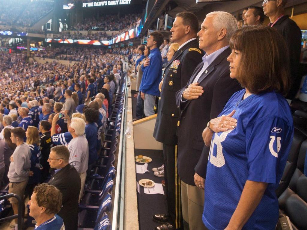 Vice dos EUA deixa jogo da NFL após protesto