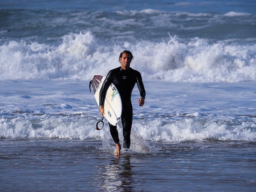 Surf: Frederico Morais frente a Gabriel Medina nos quartos de Bells Beach