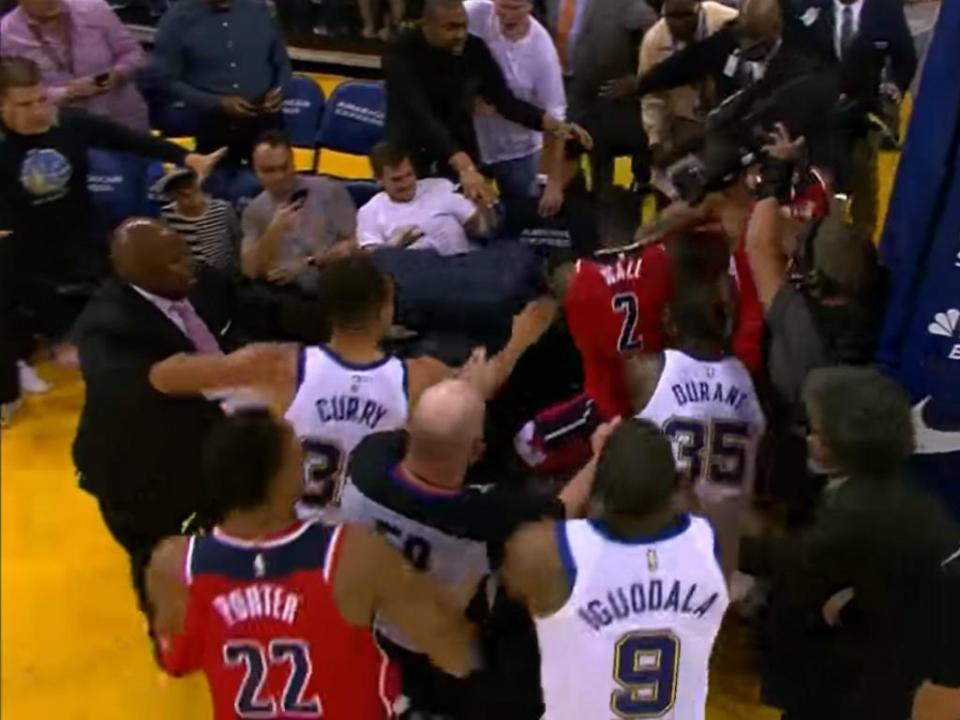 VÍDEO: uma luta das antigas em pleno jogo na NBA