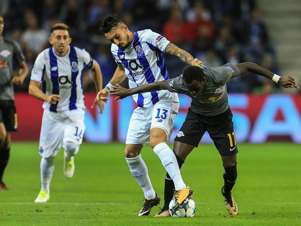 FC Porto: Telles e Corona juntam-se esta noite à equipa no Algarve