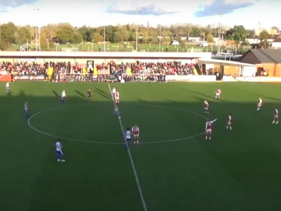VÍDEO: inglesa mostra como se marca golo no pontapé de saída