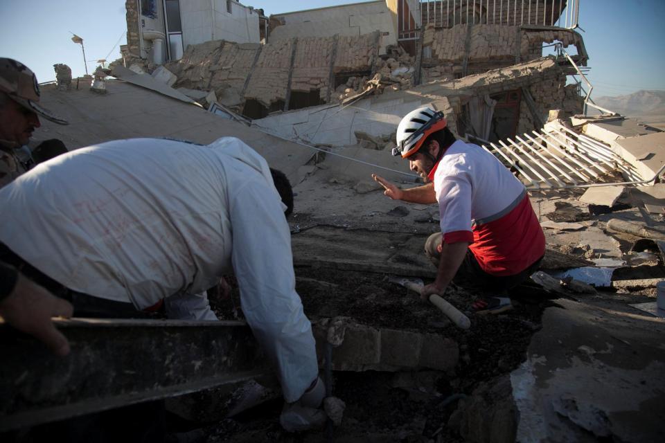 Campeão olímpico iraniano vende medalha para ajudar vítimas de terramoto