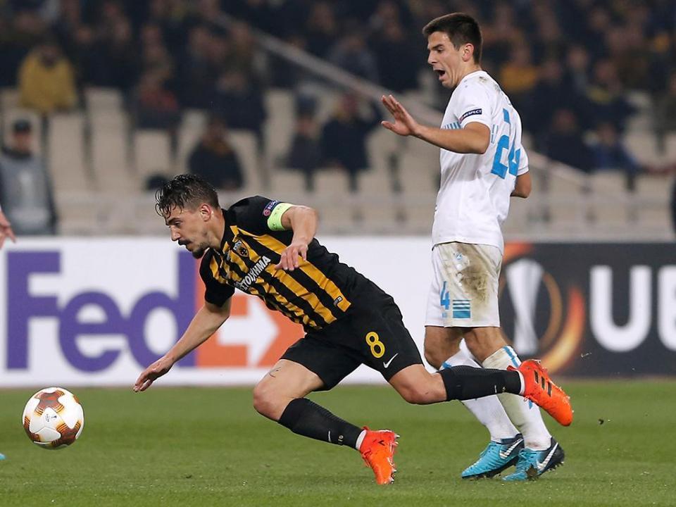 LC: AEK de André Simões e Hélder Lopes arranca empate com dez