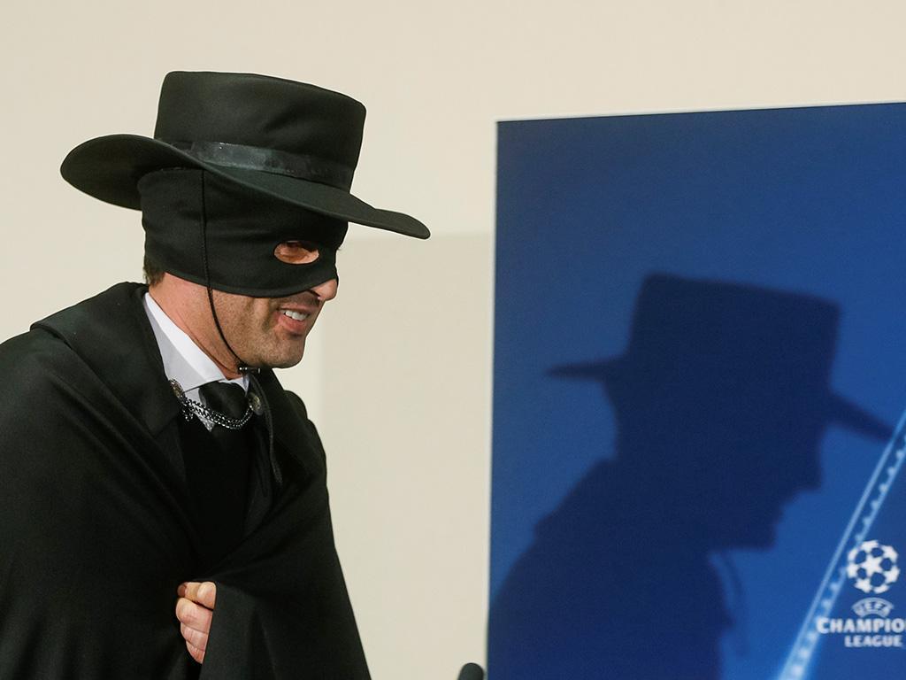 VÍDEO: Paulo Fonseca foi à sala de imprensa mascarado de Zorro
