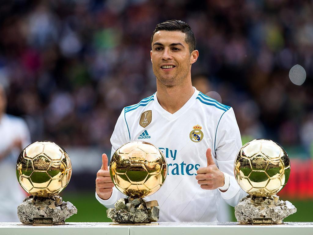 Ronaldo mostrou as cinco Bolas de Ouro no Bernabéu