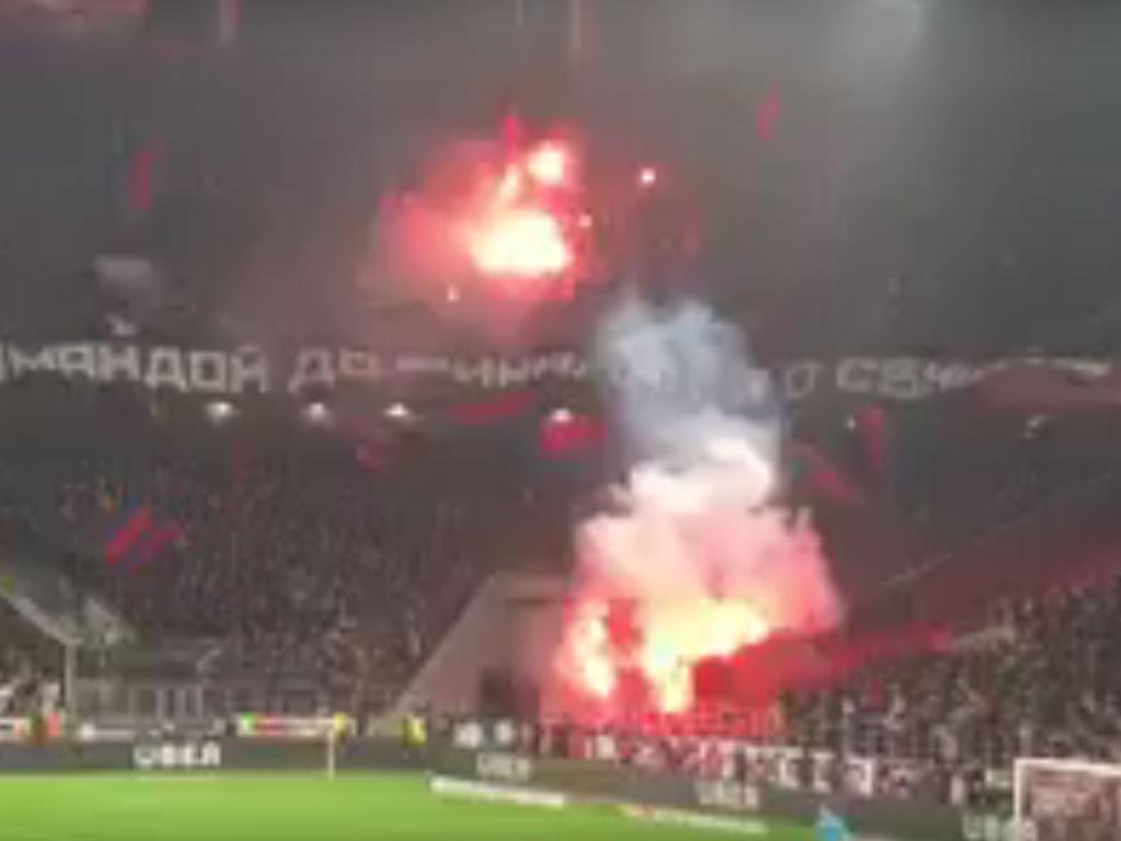 VÍDEO: interrupção por pirotecnia na vitória do Spartak no duelo de Moscovo