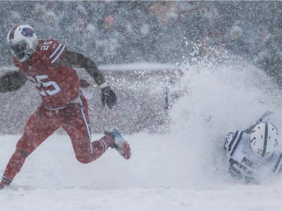 NFL: Bills bateram Colts debaixo de neve (imagens impressionantes)