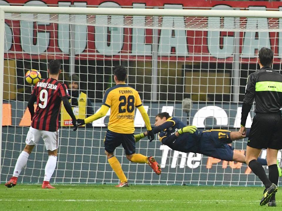 VÍDEO: André Silva assiste e Milan marca encontro com o Inter na Taça