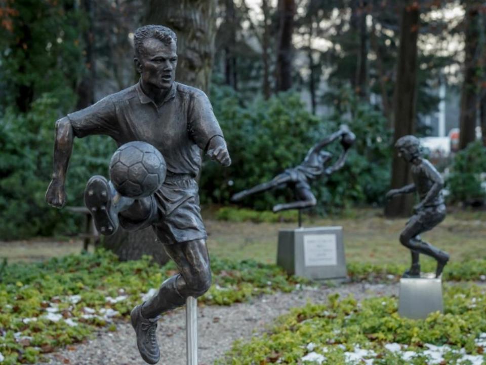 VÍDEO: Dennis Bergkamp já tem estátua (a segunda)