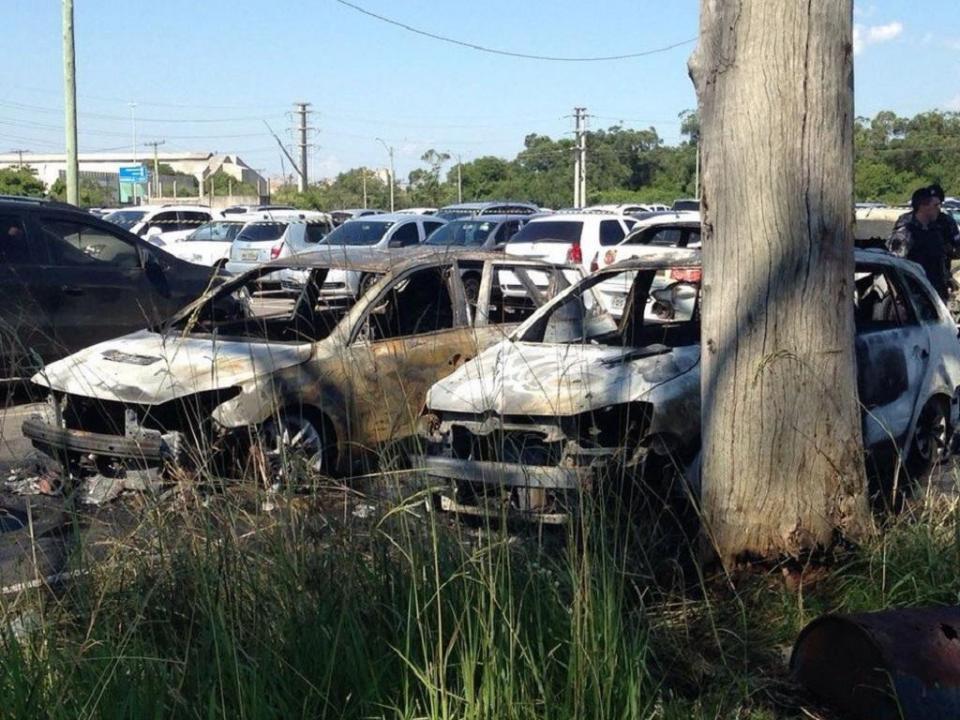 FOTO: incêndio nas imediações do estádio do Grémio danifica 14 carros