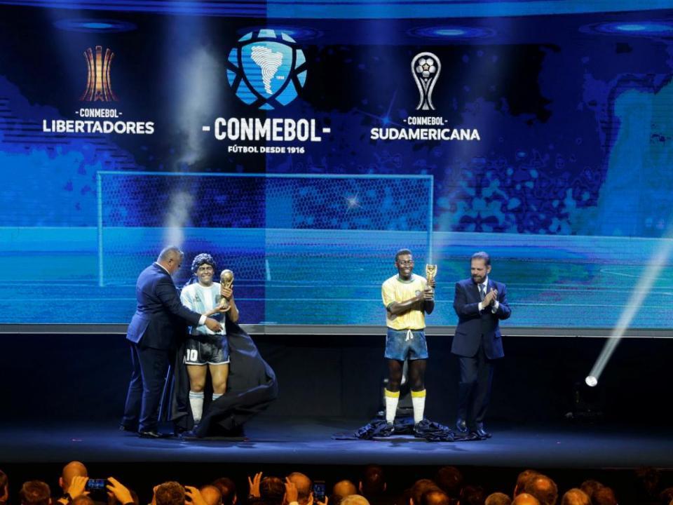 Estátuas de Pelé e Maradona exibidas no sorteio da Libertadores