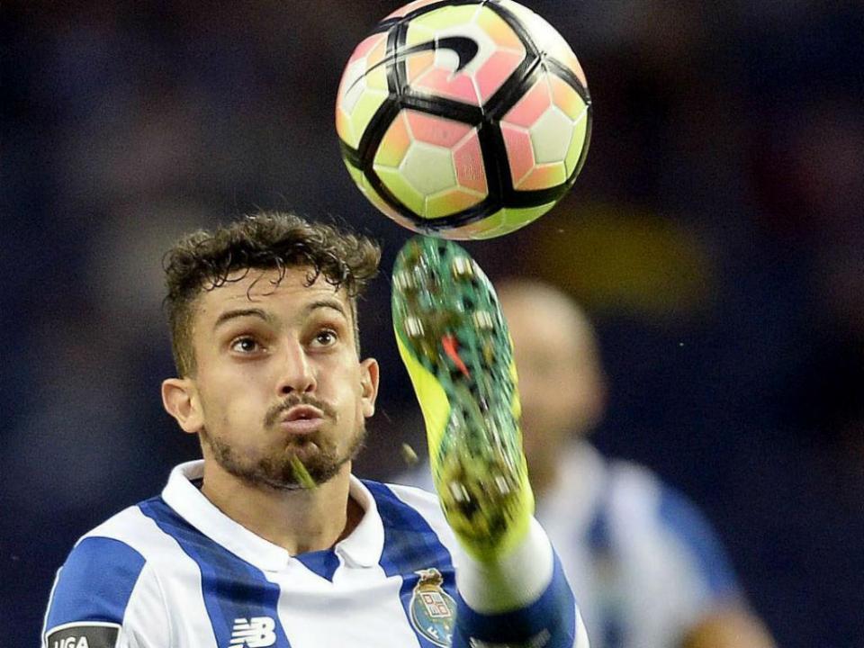 Alex Telles pede desculpa por cachecol ofensivo para o Benfica