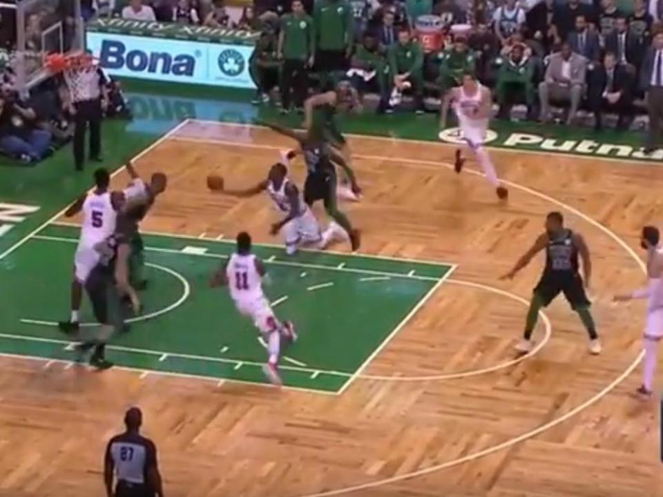 VÍDEO: na NBA até encestam...de joelhos