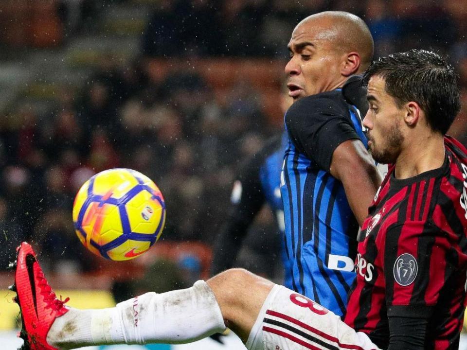 Milan vence dérbi e está nas «meias» da Taça: André Silva encontra Nani