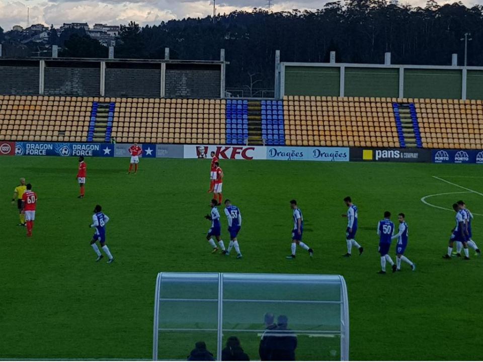 FC Porto: médio mexicano treina à experiência na equipa B