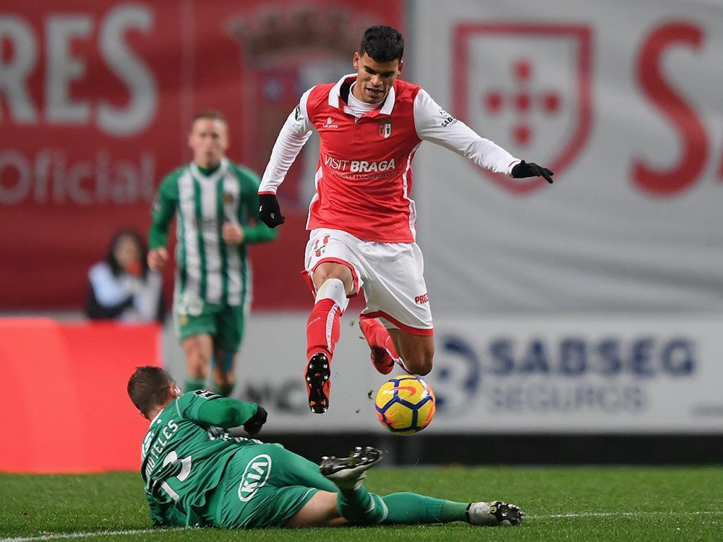 Inspiração de Fábio Martins cola o Braga ao Benfica