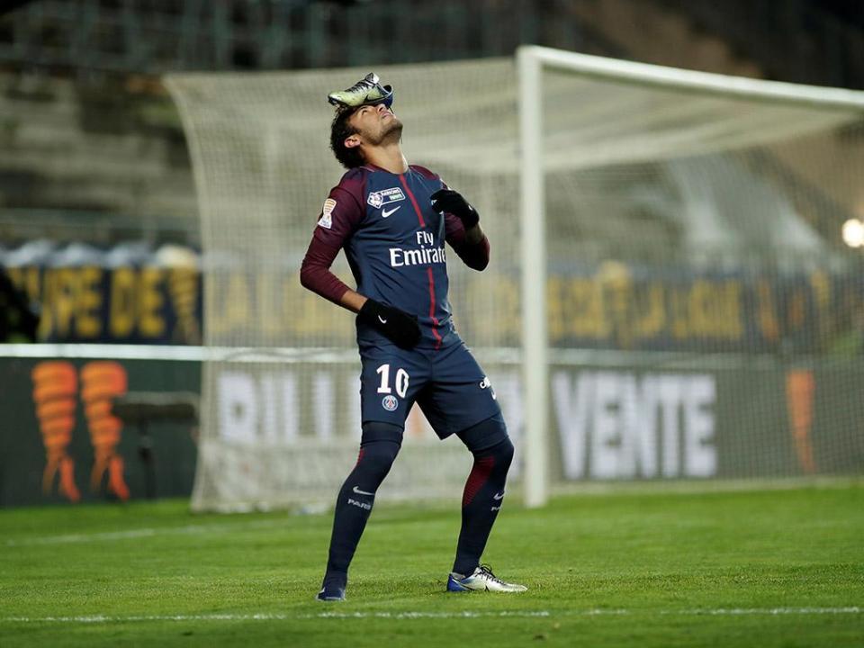 Neymar colocou a chuteira sobre a cabeça para homenagear amigo ... a651e3eda6619