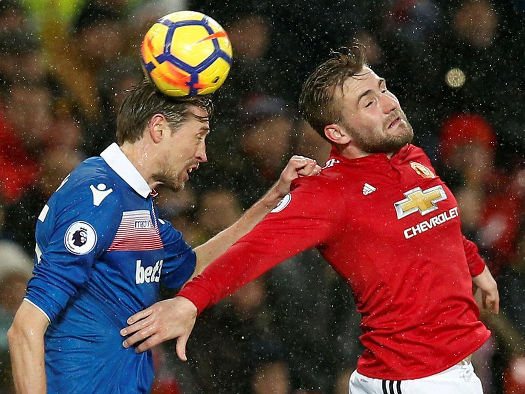 Young contraria Mourinho: «Shaw pode ser um dos melhores do mundo»