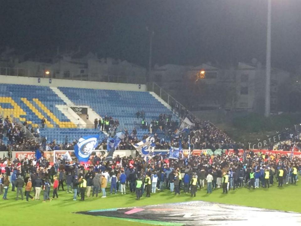 VÍDEO: adeptos do FC Porto evacuados e jogo interrompido
