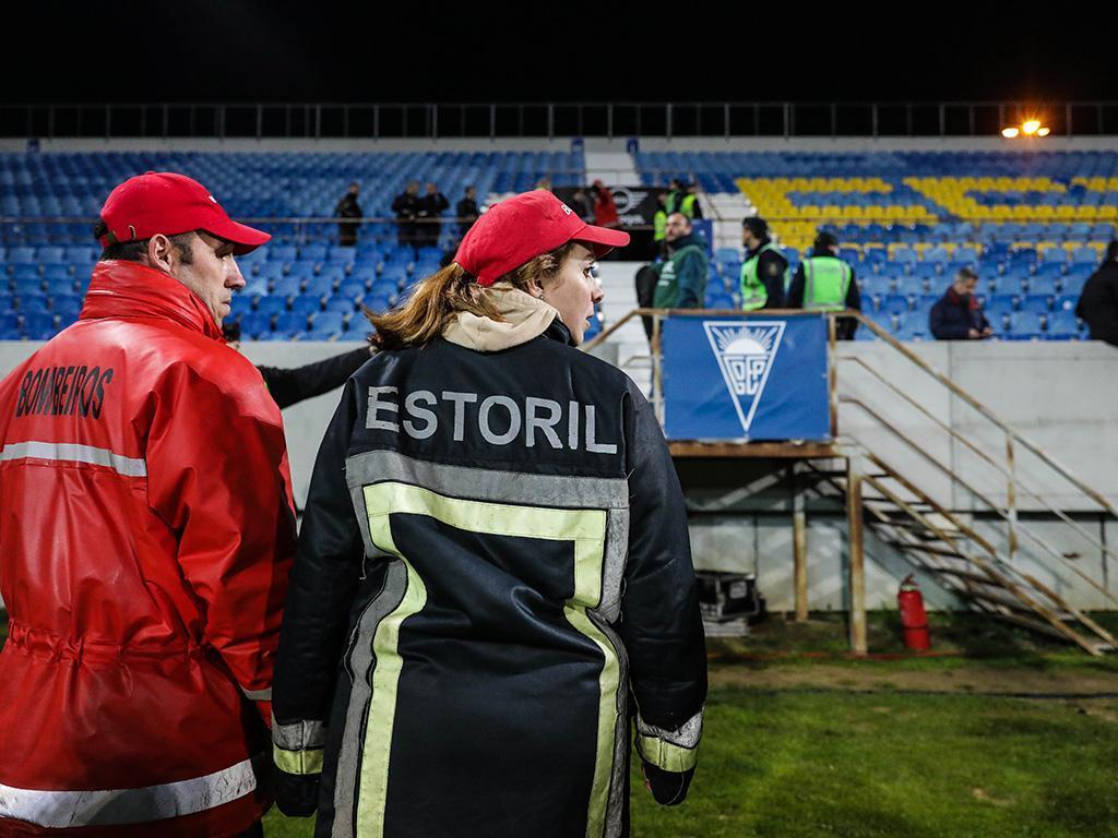 Bancada em risco de ruir leva a suspensão do jogo — Estoril-Porto
