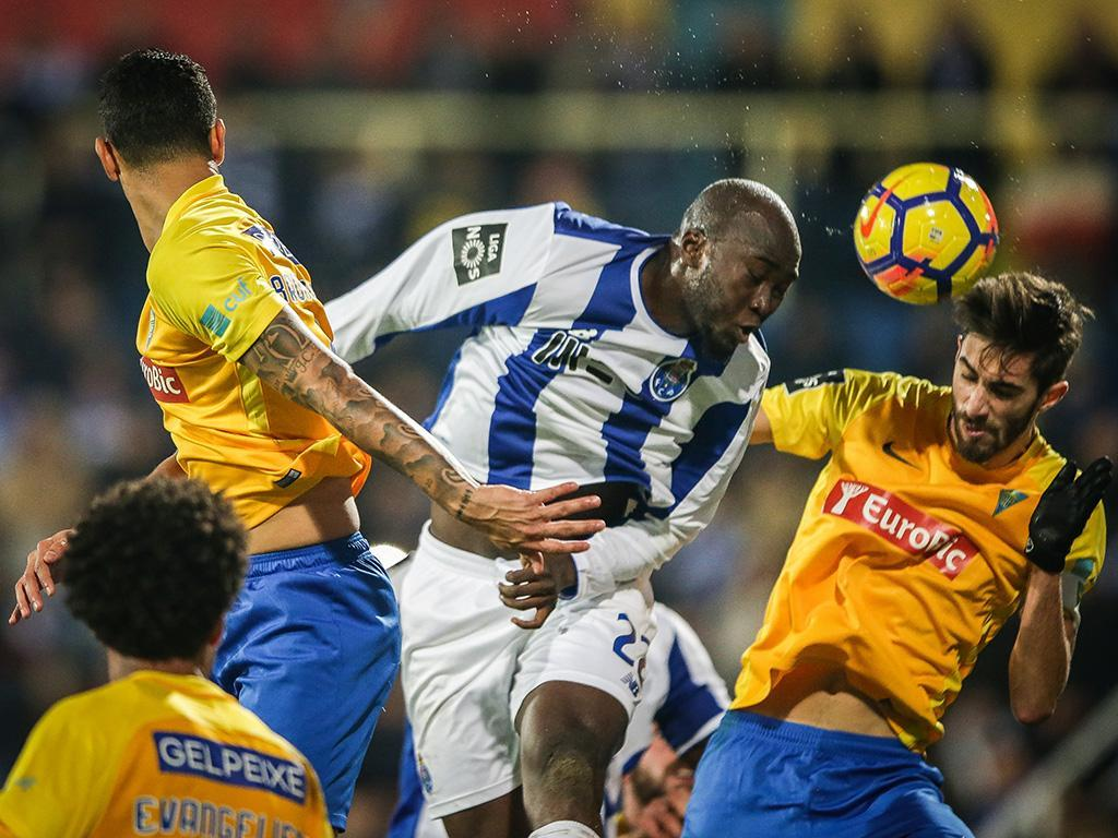 FC Porto: Danilo e Alex Telles na comitiva para o Restelo