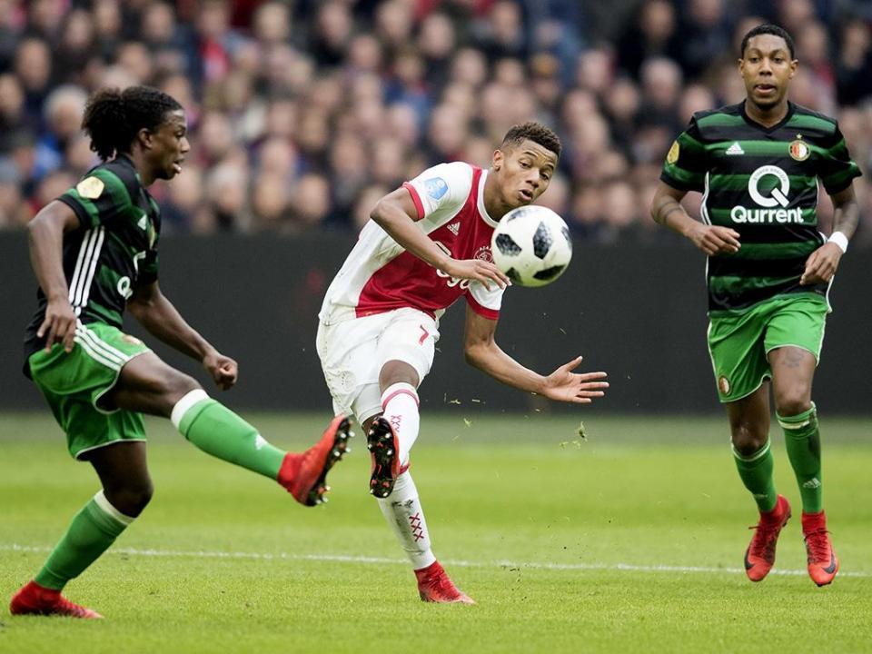 Holanda: Ajax vence e mantém distância para o líder PSV