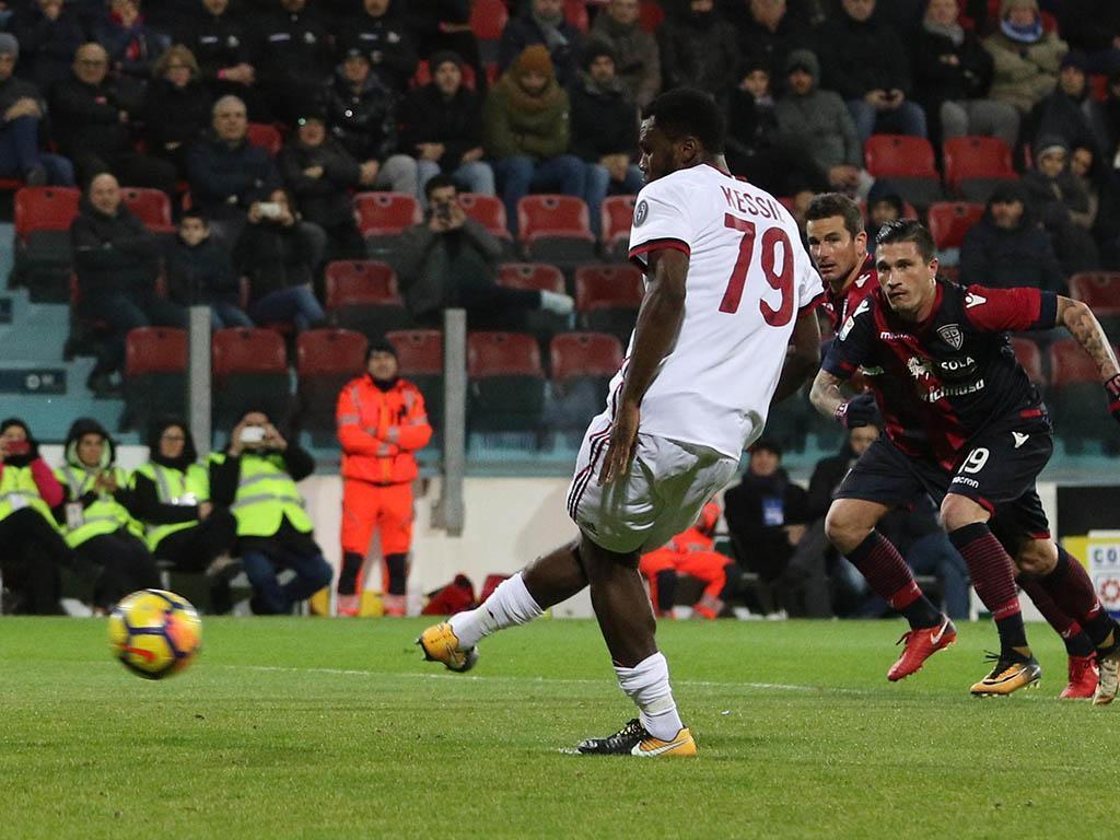 Milan vira na Sardenha com André Silva no banco e Kessié a fazer de goleador