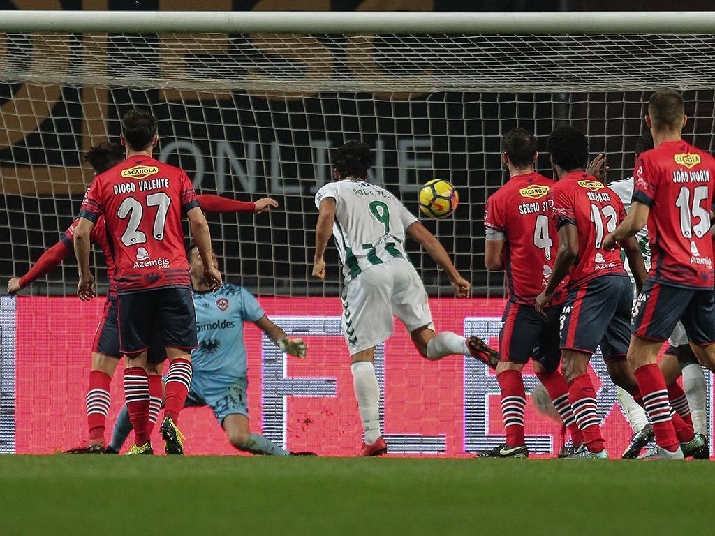 FC Porto B-Oliveirense: «tonturas» levam jogador ao hospital